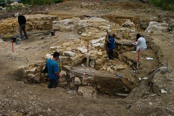 Fig. 3 — Vue de la maçonnerie du chevet en cours de fouille
